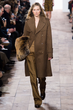 Показы мод Michael Kors Осень-зима 2015-2016 | Подиум на ELLE - Подиум - фото 4257