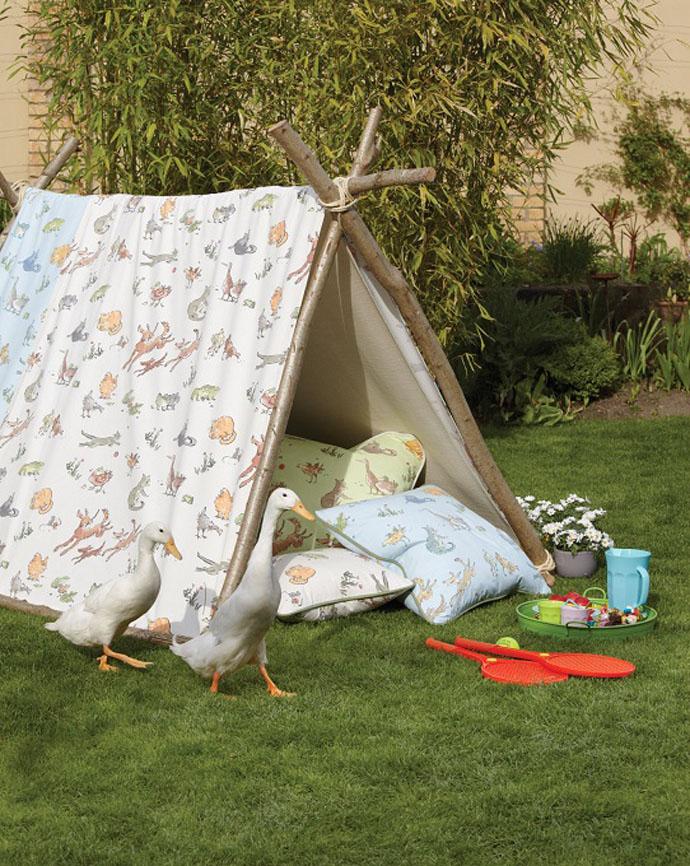Вместе с детьми постройте шалаш из веток и накройте его балдахином из нарядной ткани. На фото: текстиль Osborne & Little, www.osborneandlittle.com
