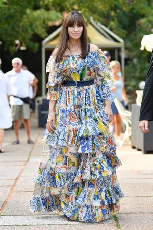 Да здравствует королева: Моника Беллуччи в богемном платье Dolce&Gabbana в Венеции (фото 1.2)