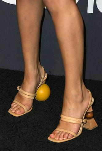 Образ дня: Селена Гомес в туфлях Jacquemus фото [6]
