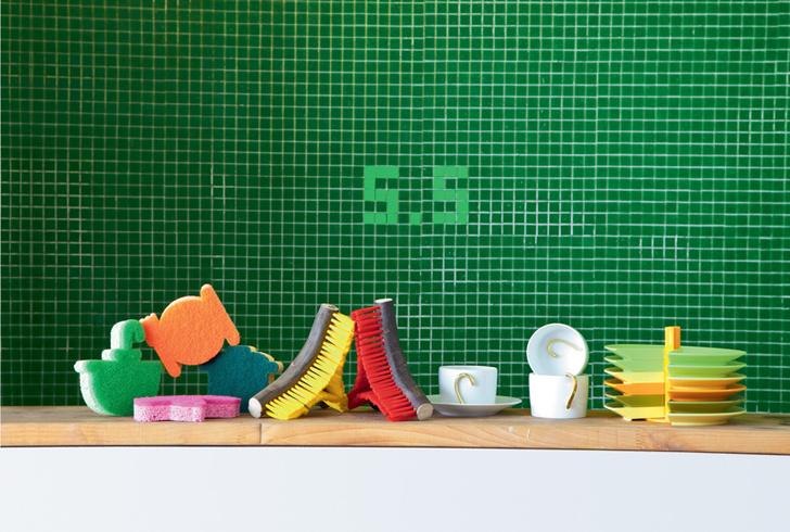 Кухня — место сбора всей команды. На высокой барной стойке — чашки Bernardaud, тарелки из коллекции Save a Product, щетки Enkidoo.