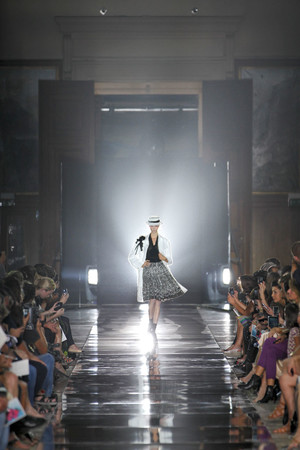 Показы мод John Galliano Весна-лето 2012 | Подиум на ELLE - Подиум - фото 1795