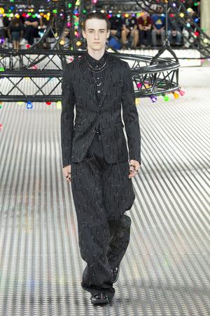 Показ Dior Homme коллекции сезона Весна-лето  2017 года Men prêt-à-porter - www.elle.ru - Подиум - фото 606746
