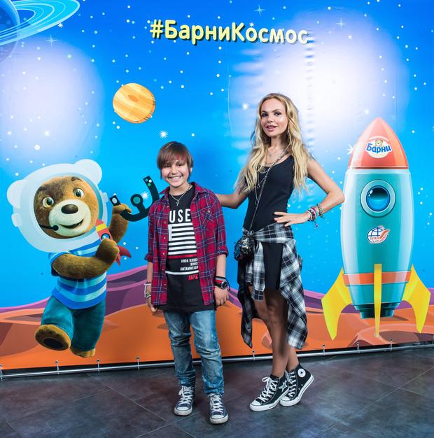 Звезды с детьми на празднике в планетарии