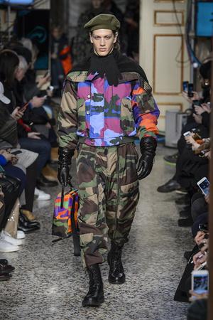 Показы мод Moschino Осень-зима 2017-2018 | Подиум на ELLE - Подиум - фото 4748
