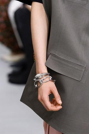 Тренд: открытые браслеты и часы в светлой гамме (фото 2)