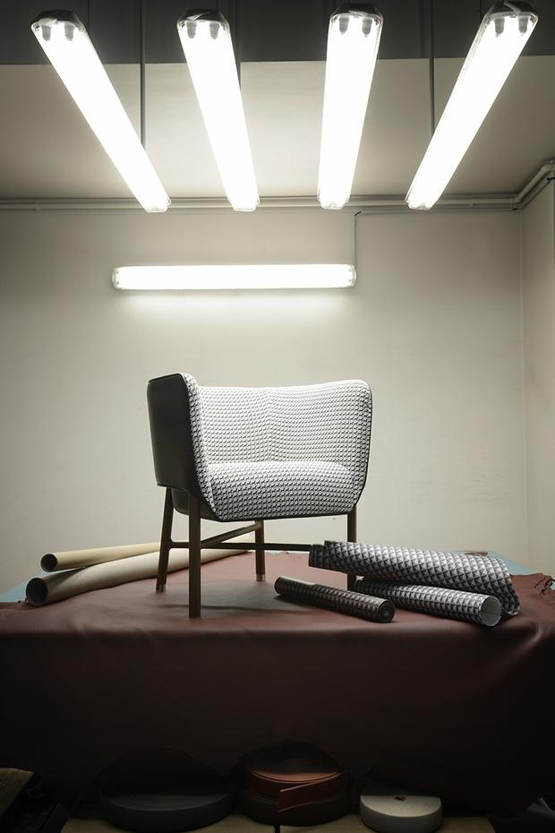 Кресло Cabriolet выглядит легким благодаря тонким ножкам с асимметричными перекладинами. Обивка из кожи и ткани Cheval Pixel. В рулонах — металлизированные обои Clou Médor.