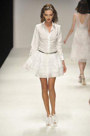 Показы мод Jasper Conran Весна-лето 2010 | Подиум на ELLE - Подиум - фото 3034