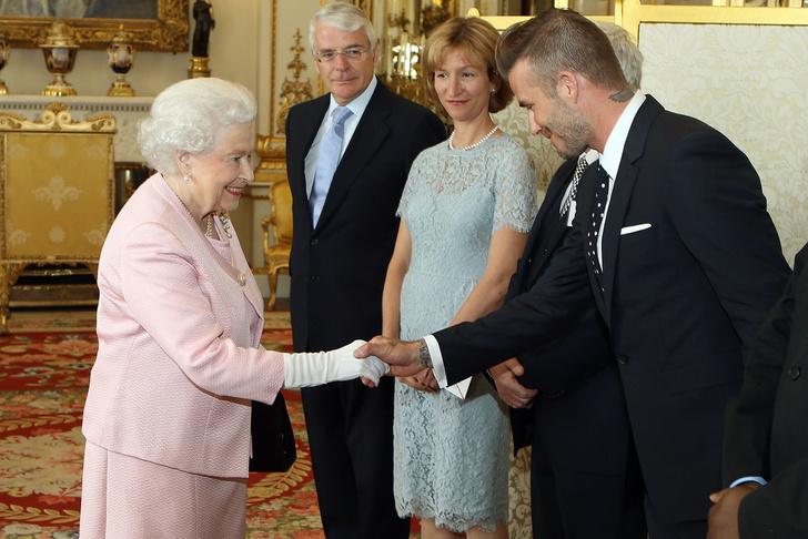 Что звезды надевали на встречу с королевой Елизаветой II? (фото 52)