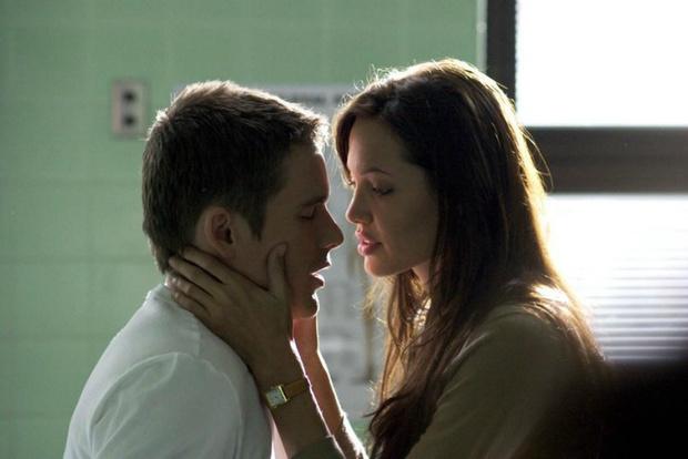 Итан Хоук и Анджелина Джоли в фильме «Забирая жизни»