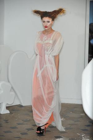 Показ On Aura Tout Vu коллекции сезона Весна-лето 2010 года haute couture - www.elle.ru - Подиум - фото 138776