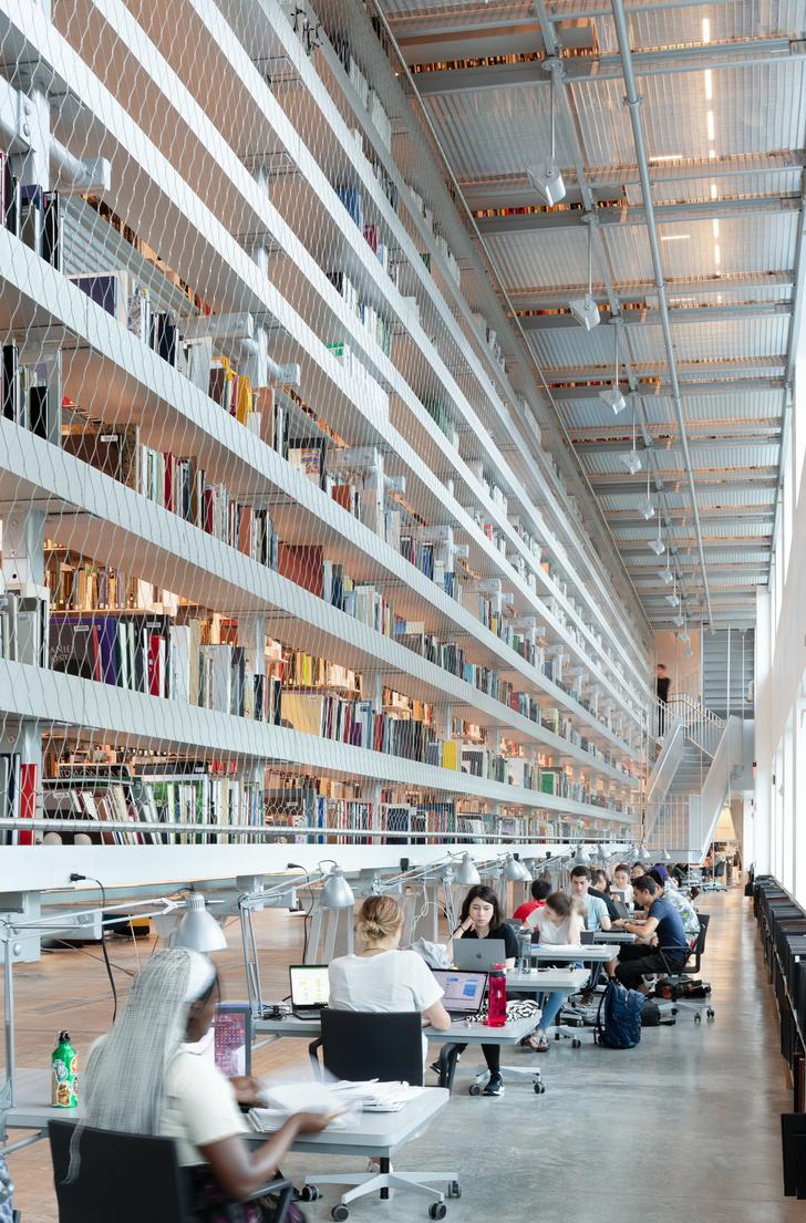 Библиотека с подвесными стеллажами Корнелльском университете (фото 8)