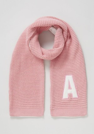 От А до Я: знаменитости поддержали благотворительную инициативу, примерив шарфы с инициалами
