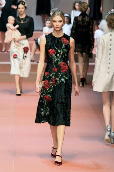 Дочки-матери: Dolce & Gabbana представили семейную коллекцию на Неделе моды в Милане | галерея [2] фото [4]