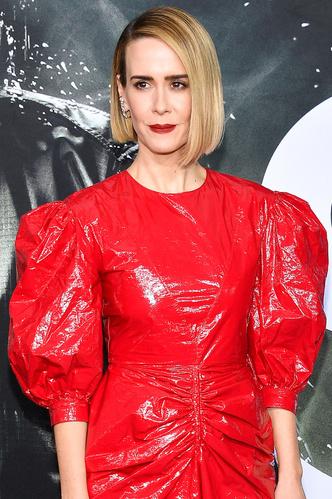 Образ дня: Сара Полсон в красном платье Calvin Klein 205W39NYC на премьере (фото 1.2)