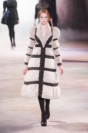 Показ Ulyana Sergeenko коллекции сезона Осень-зима 2013-2014 года Haute couture - www.elle.ru - Подиум - фото 556279