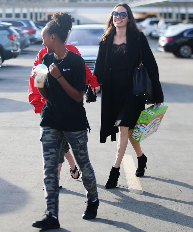 Анджелина Джоли в кружевном платье с разрезом на прогулке с детьми (фото 2)