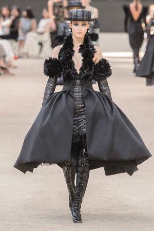 Показ Chanel коллекции сезона Осень-зима 2017-2018 года Haute couture - www.elle.ru - Подиум - фото 624061