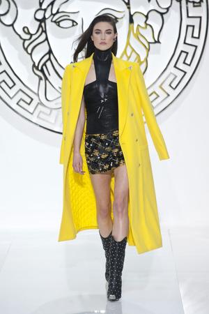 Показы мод Versace Осень-зима 2013-2014 | Подиум на ELLE - Подиум - фото 699