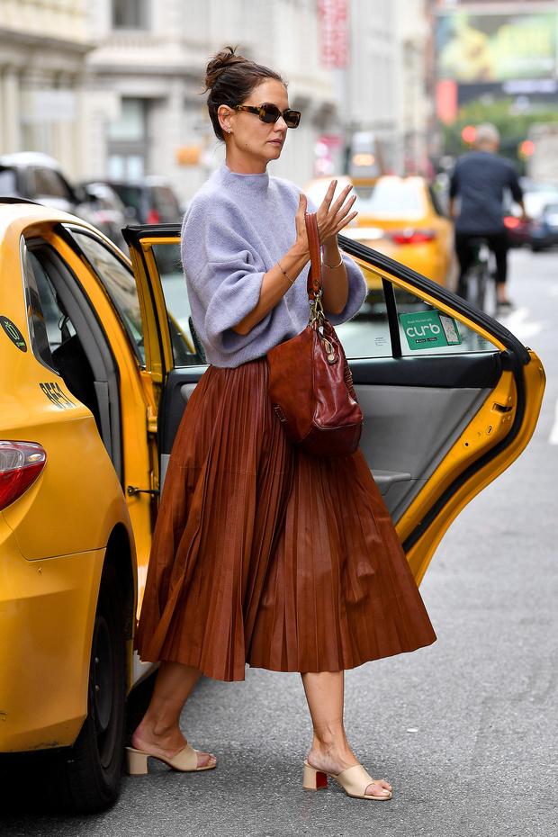 Лавандовый свитер + юбка оттенка молочного шоколада: сочетаем цвета и фактуры как Кэти Холмс (фото 1)