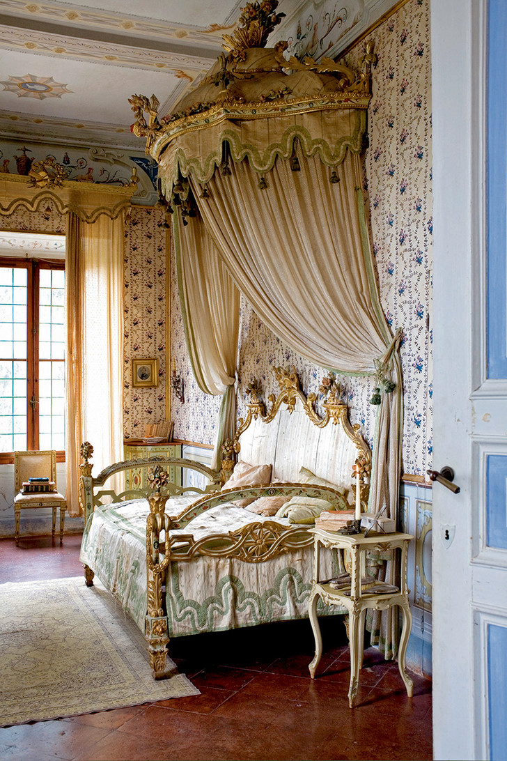 Спальня драматурга Витторио Альфьери (300лет назад он подолгу жил навилле и ставил свои пьесы взеленом театре) обставлена встиле венецианского барокко. Кровать считается одной изсемейных реликвий.