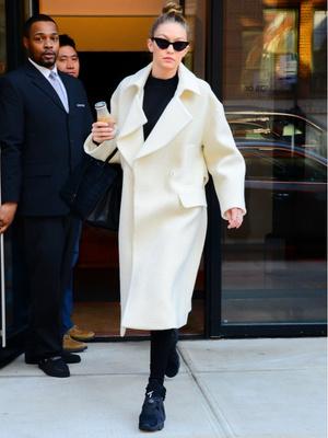 Принцесса-лебедь: Джиджи Хадид в леггинсах и белом пальто (фото 1)