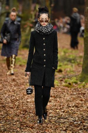 Показ Chanel коллекции сезона осень-зима  2018-2019 года Prêt-à-porter - www.elle.ru - Подиум - фото 716051