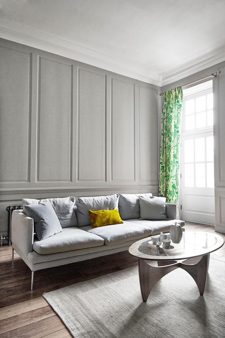 Вторая гостиная. Стены окрашены краской оттенка Lamp Room Grey от Farrow & Ball. Диван — William Sofa, Zanotta. Кофейный столик, G-plan, шторы из ткани Rainforest, Sanderson.