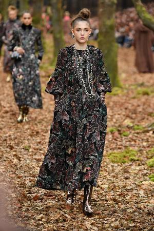Показ Chanel коллекции сезона осень-зима  2018-2019 года Prêt-à-porter - www.elle.ru - Подиум - фото 716121
