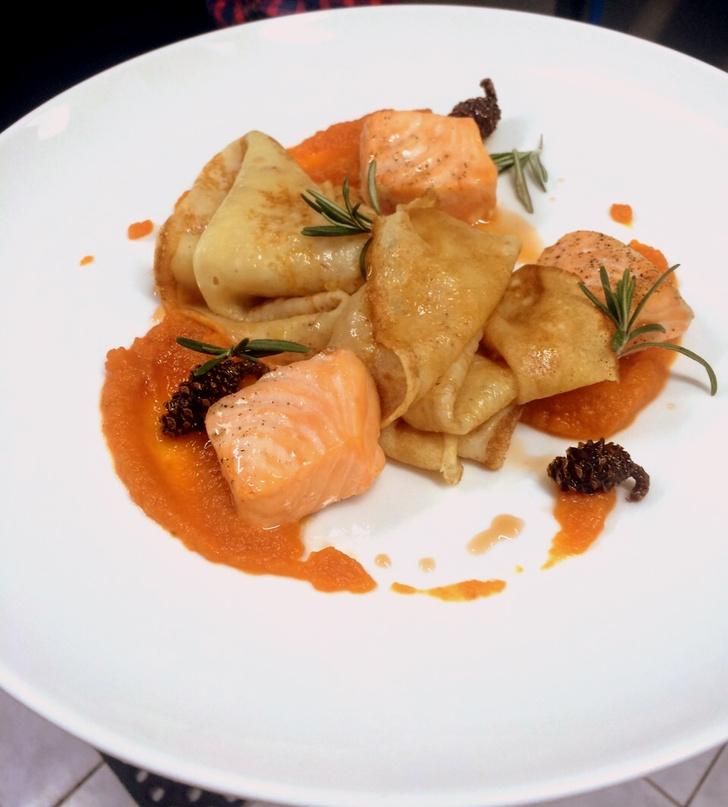 Блины с морковью и лососем