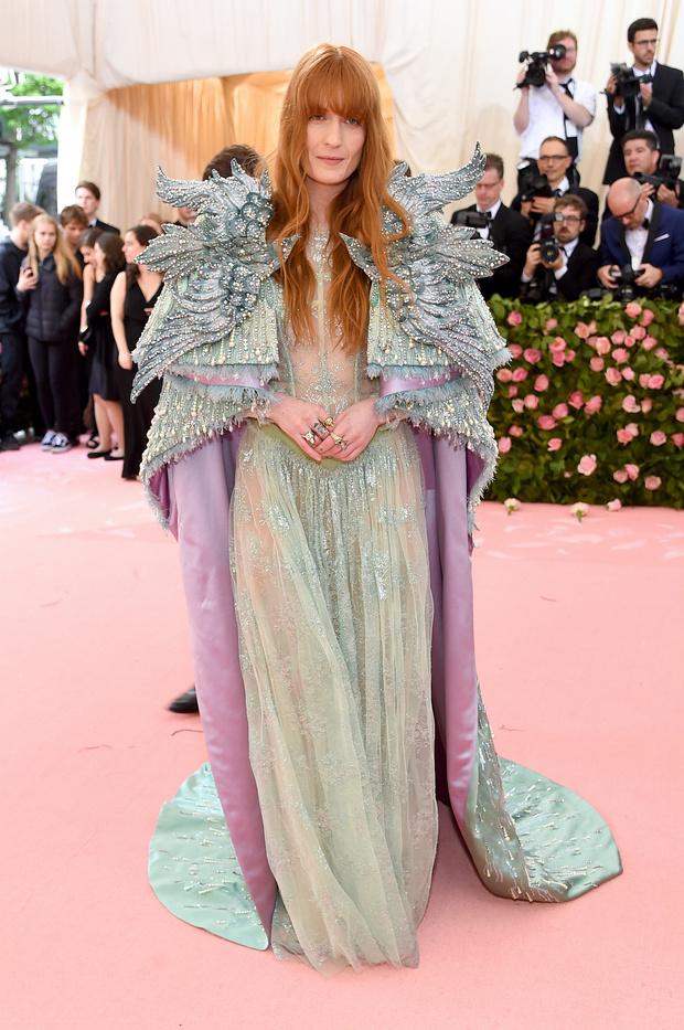 Словно фея: Флоренс Уэлч в платье и фантастической накидке Gucci (фото 1)