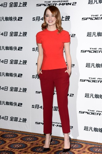 Стиль Эммы Стоун: красные брюки и топ от Roland Mouret, туфли от Christian Louboutin