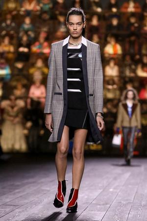 Как носить пуховик с вечерним платьем? Ответ найдете на показе Louis Vuitton (фото 6.2)