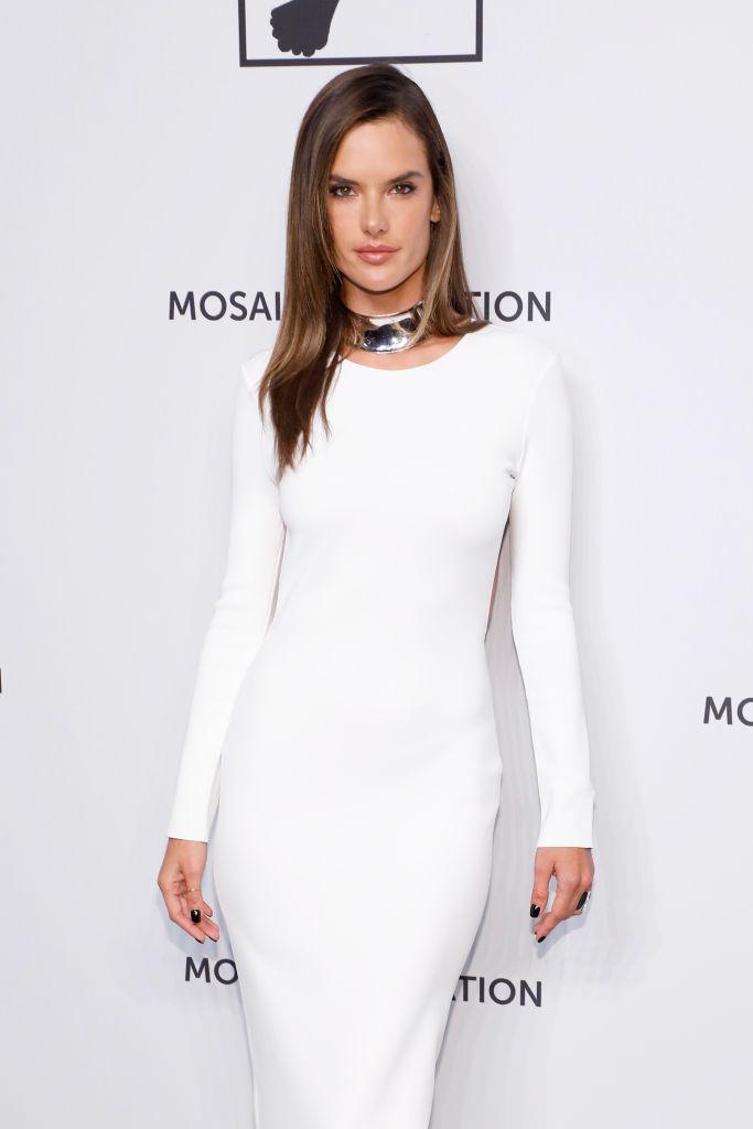 Белоснежное платье-футляр и голая спина: Алессандра Амбросио (фото 1)