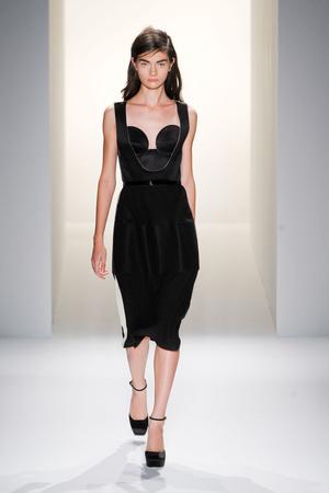 Показ Calvin Klein Collection коллекции сезона Весна-лето 2013 года prêt-à-porter - www.elle.ru - Подиум - фото 423605