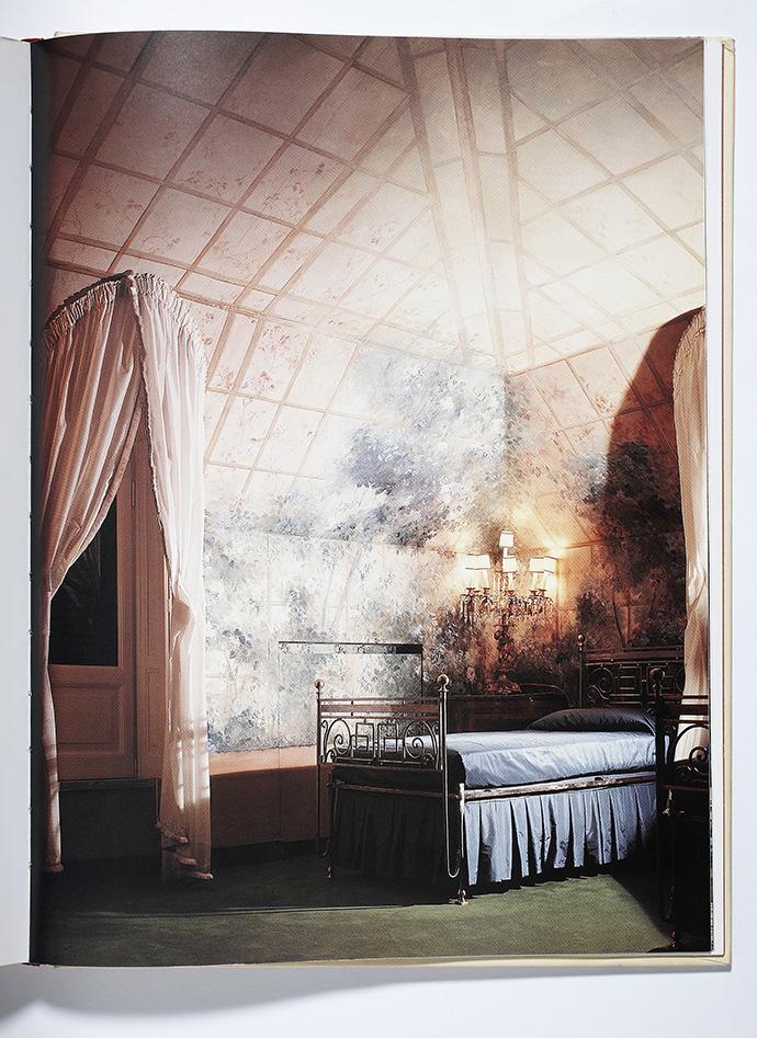 Спальня в мансарде, стилизованная под оранжерею. Росписи-обманки с изображением растительности — один из любимых приемов Монжардино.