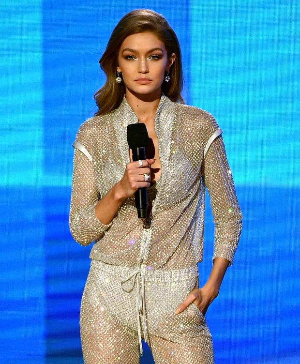 Джиджи Хадид в Atelier Versace на American Music Awards 2016