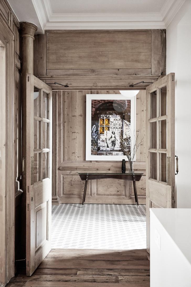 Прихожая. Стены отделаны бережно отреставрированными старинными деревянными панелями.