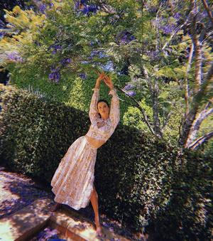 Цветочное платье – главная инвестиция в летний гардероб: доказывает Алессандра Амбросио (фото 1.1)