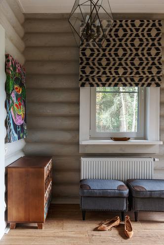 Прихожая. Гардероб изготовлен по эскизам автора проекта. Тумба и потолочные светильники, DG-Home.