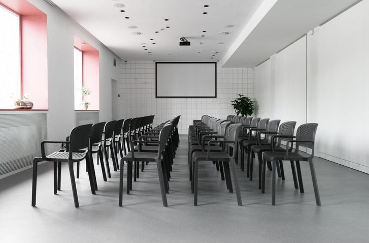 Современный образовательный центр с розовыми акцентами (фото 8)