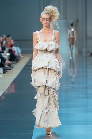 Показ Maison Martin Margiela коллекции сезона Осень-зима 2015-2016 года haute couture - www.elle.ru - Подиум - фото 597268