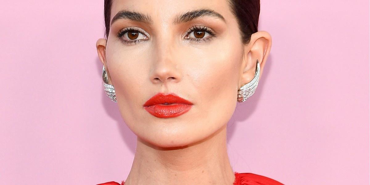 5 звездных примеров, доказывающих: красный и неон — главные оттенки макияжа этого лета