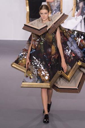 Показ Viktor & Rolf коллекции сезона Осень-зима 2015-2016 года Haute couture - www.elle.ru - Подиум - фото 597338