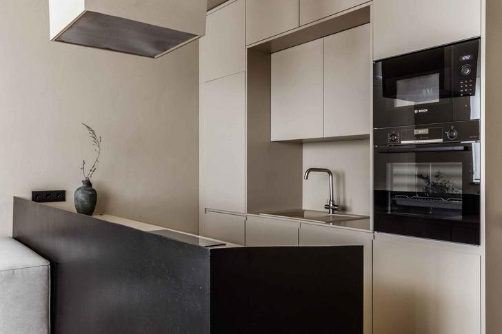 Брутальная квартира в бежевых тонах с черной спальней 72 м² (фото 8)