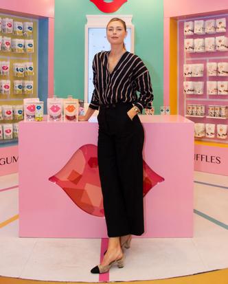 Брюки-кюлоты + рубашка в полоску: Мария Шарапова на открытии магазина в Дубае (фото 1.1)