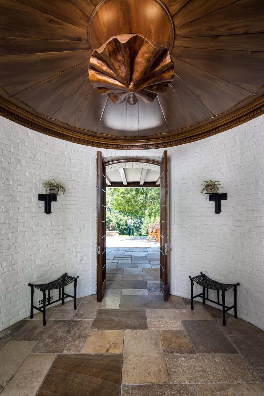 Бывший дом Брэда Питта и Дженнифер Энистон выставлен на продажу (галерея 9, фото 1)