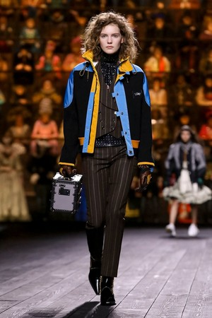 Как носить пуховик с вечерним платьем? Ответ найдете на показе Louis Vuitton (фото 4.1)