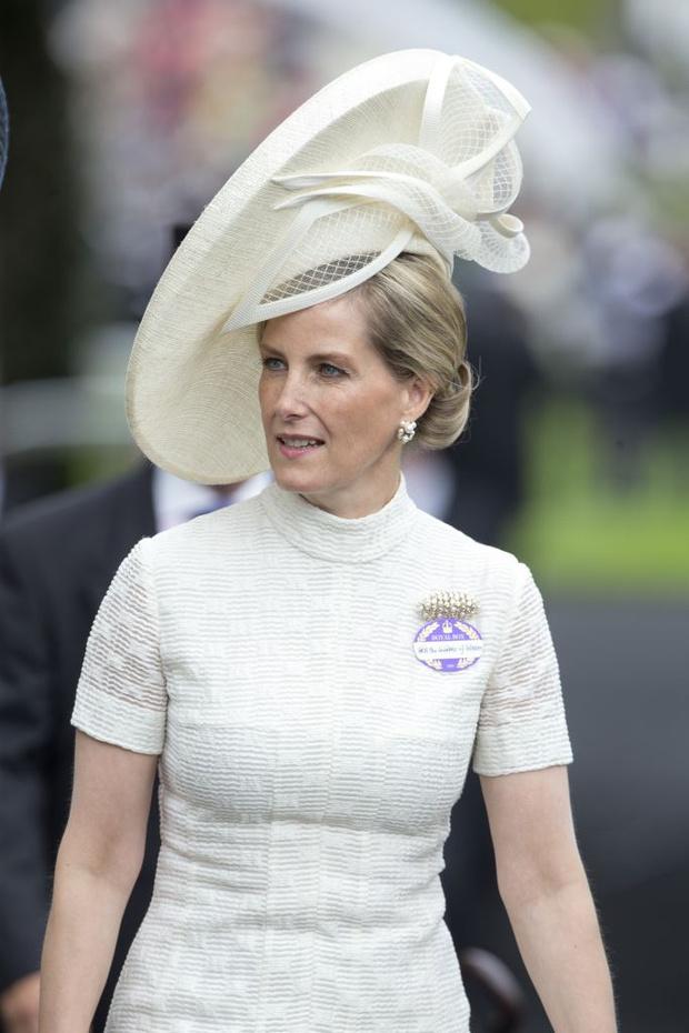 Фото №1 - Самые необычные шляпы гостей королевских скачек Аскот 2015