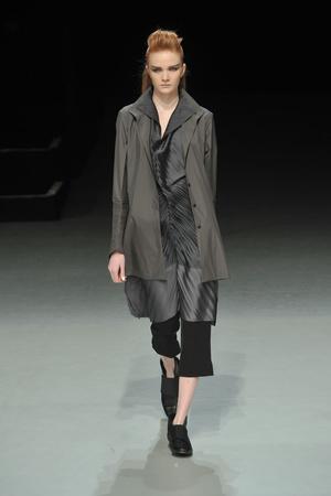 Показы мод Issey Miyake Осень-зима 2009-2010 | Подиум на ELLE - Подиум - фото 3126